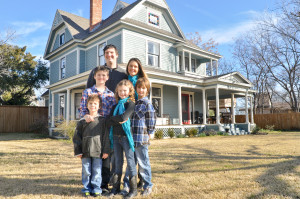 2013-Hall-Family-in-front-of-oak-street-house-6450